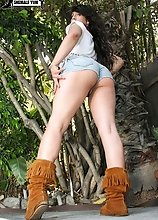Taylor is a young and fresh new transsexual girl from Southern California. She was very nervous for these first shoots but she warmed up nicely once w